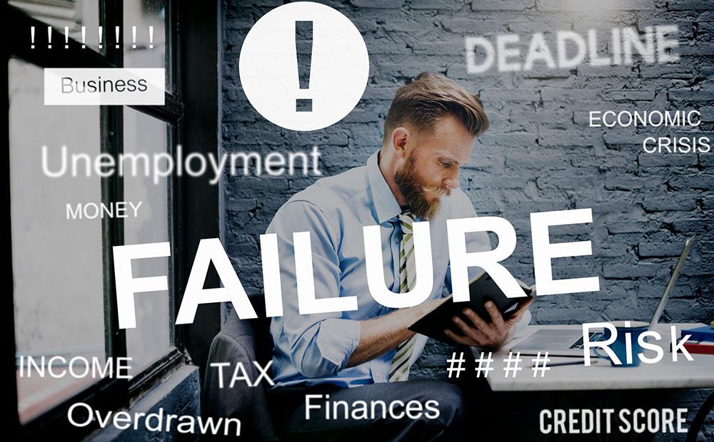 プロジェクト失敗の原因を考えているイメージ